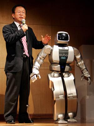 CNN 출연한 오준호 교수와 휴보 CNN 인터내셔널 특집프로그램인 '인간과 기계의 미래정상회담(Future Summit:Of Man and Machine)에 세계 저명인사들과 함께 출연한 한국과학기술원(KAIST) 기계공학과 오준호(51) 교수와 인간형 로봇 휴보(HUBO). 사진은 지난해 2월 KAIST에서 열린 휴보 일반인 공개시연회 당시의 모습이다./조용학/과학/ 2006.6.15 (대전=연합뉴스) catcho@yna.co.kr